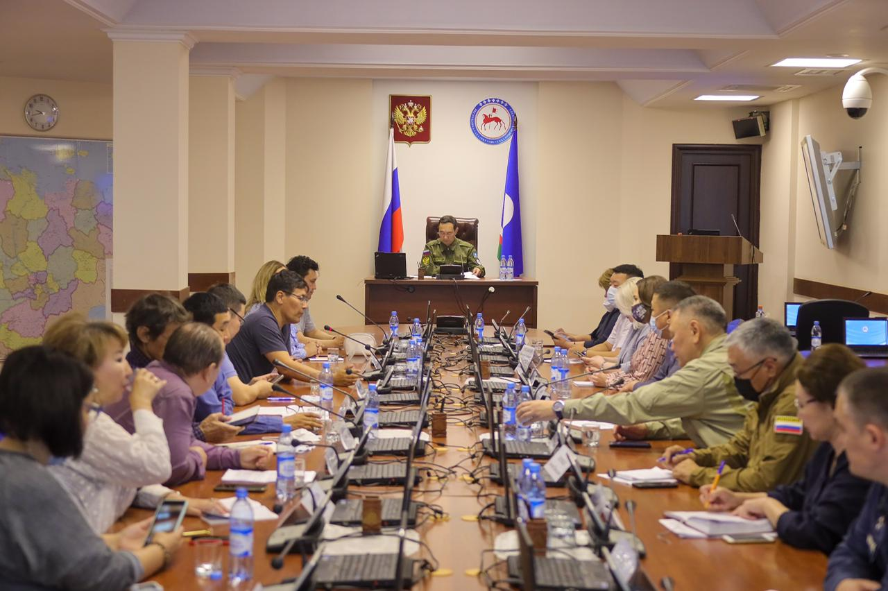 Члены кабмина Якутии встретились с представителями волонтерского штаба по тушению лесных пожаров
