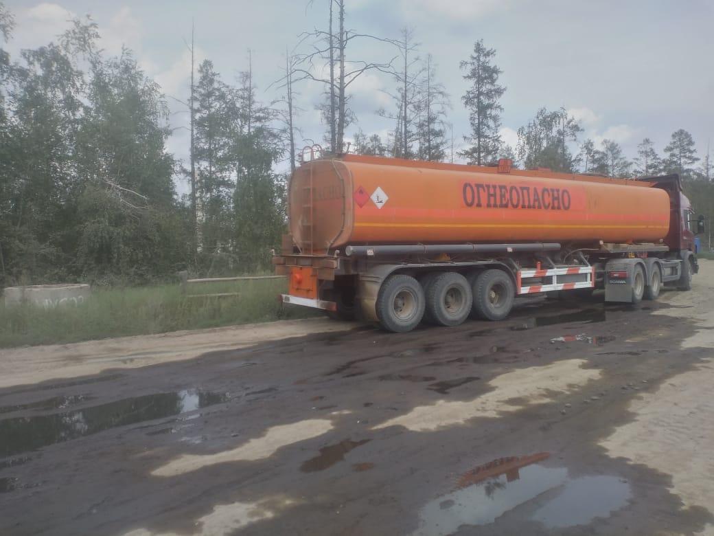 Бензовоз разлил 3,5 тонны дизельного топлива на трассе «Колыма» в Якутии