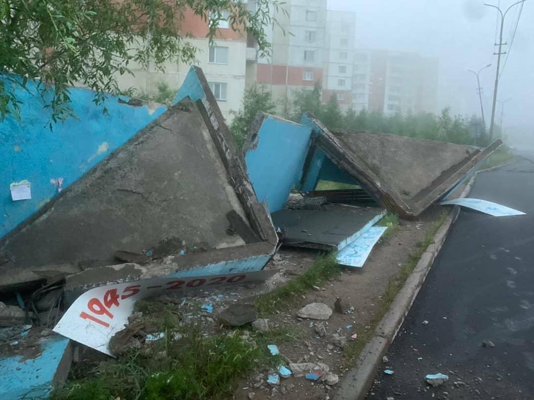 Пьяный водитель снес автобусную остановку в Нерюнгри в Якутии