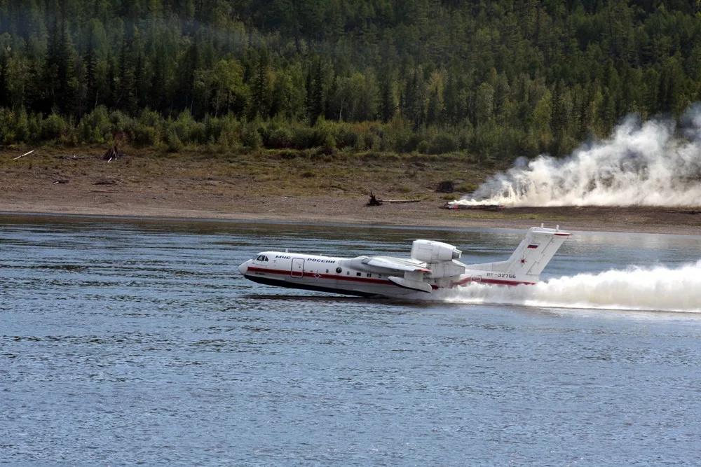Свыше 660 тонн воды слили на лесные пожары в Якутии