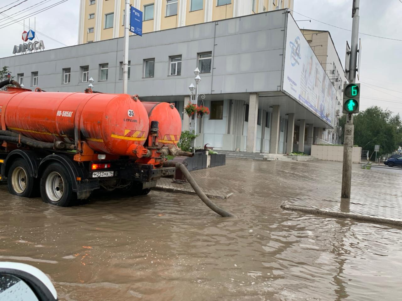 Дождевые воды откачивают с улиц Якутска в усиленном режиме