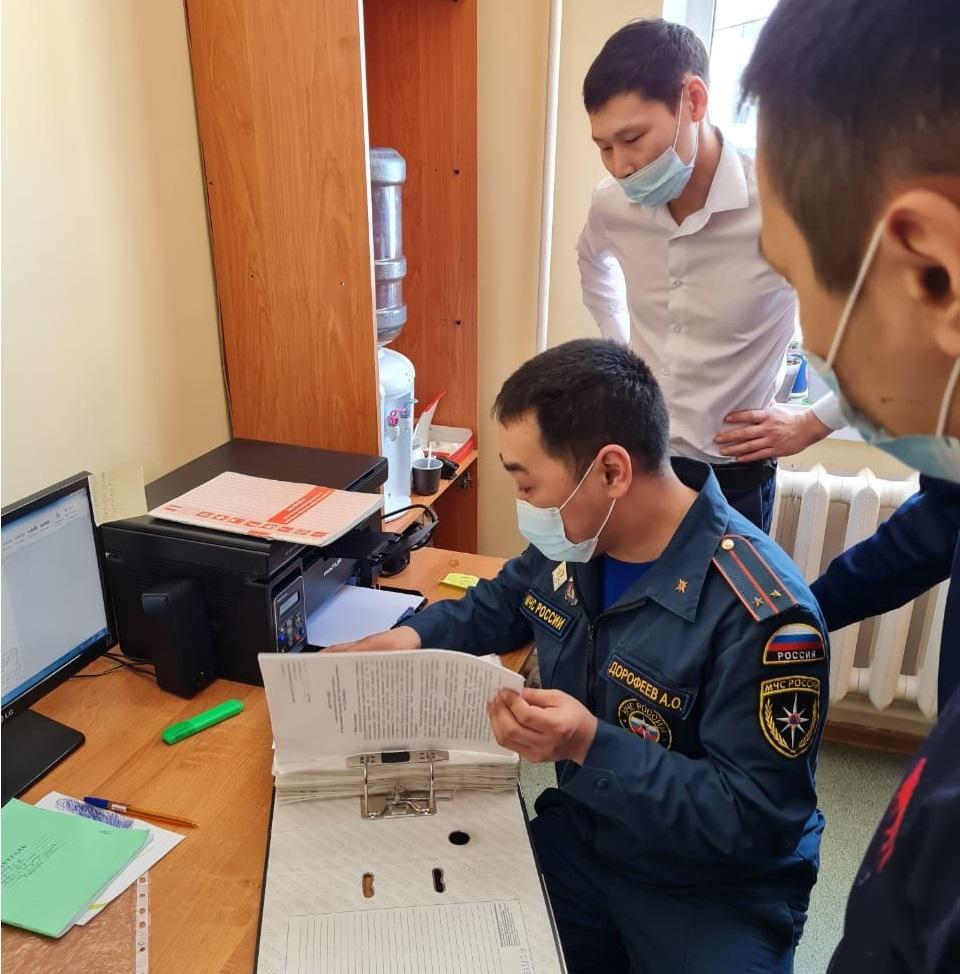 Сотрудники МЧС России проверяют детские лагеря в Якутии