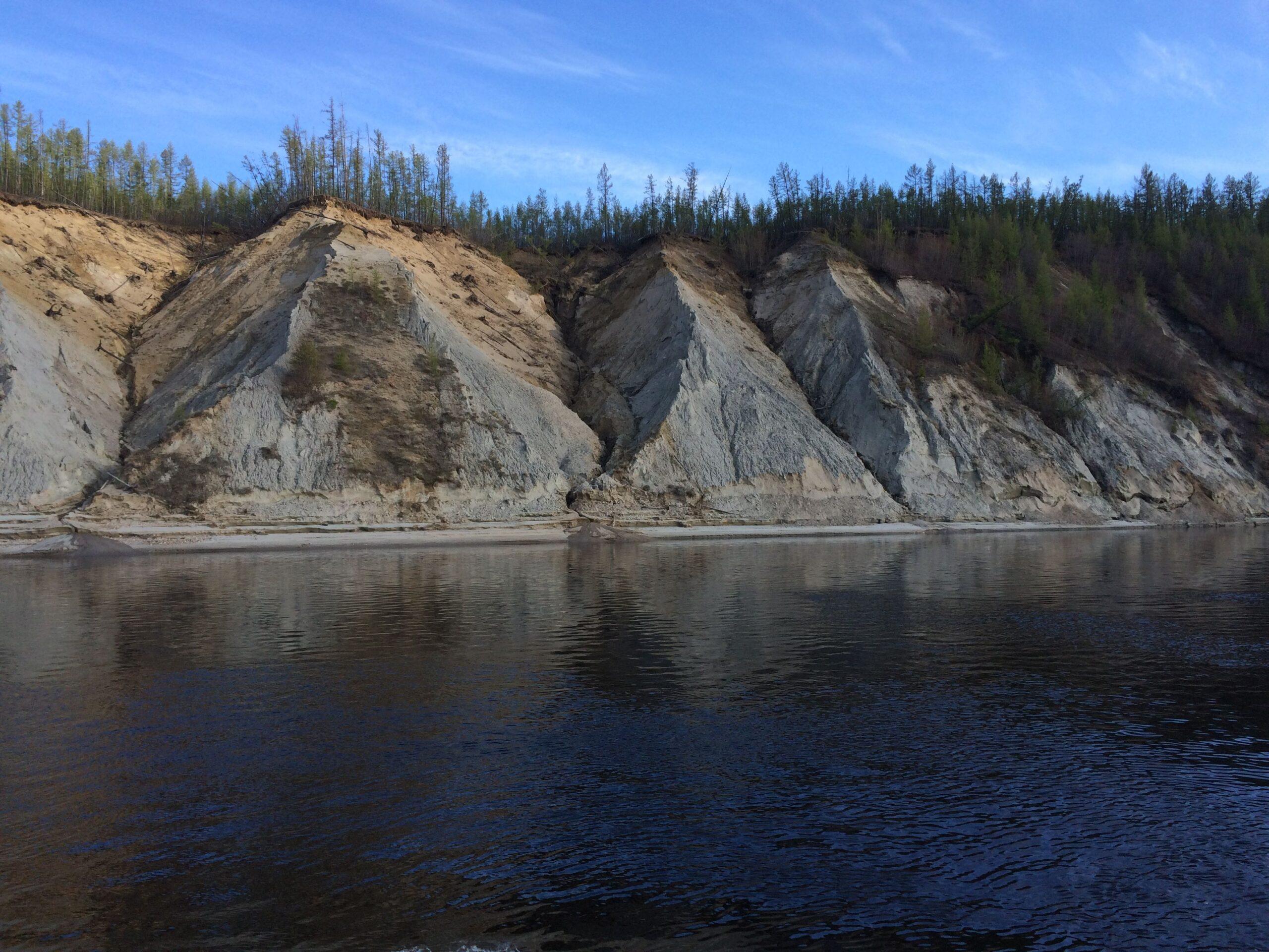 Грузовые перевозки на реке Вилюй в Якутии прекратили из-за обмеления