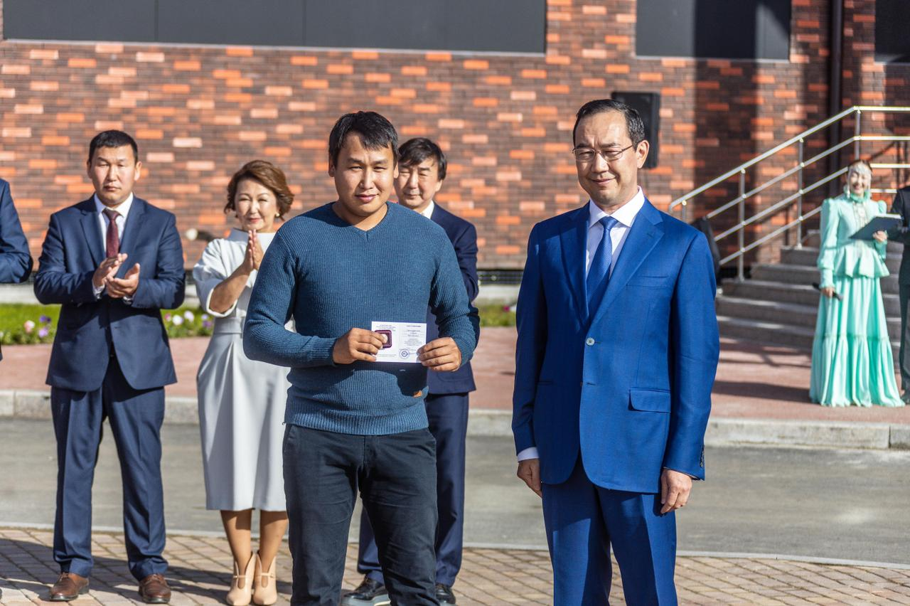 Айсен Николаев наградил добровольцев Хангаласского района, участвовавших в тушении лесных пожаров
