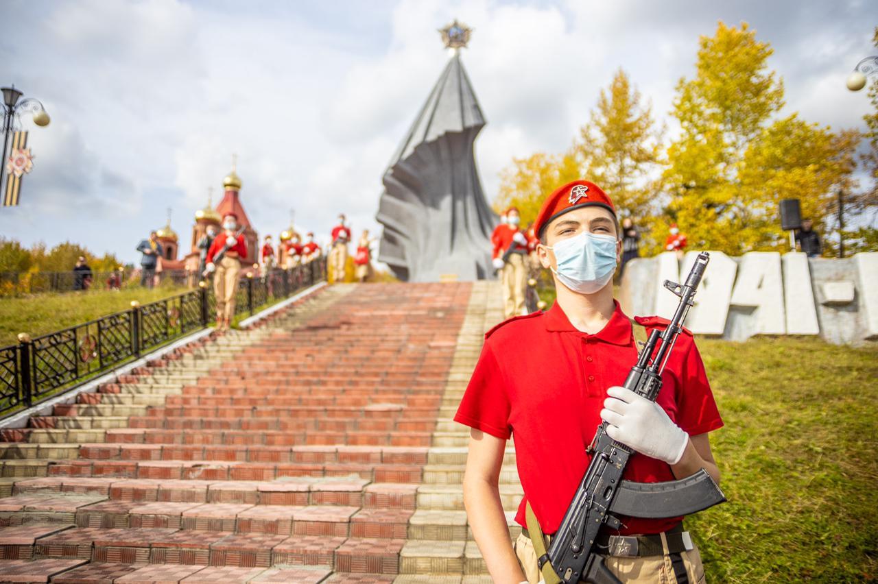 Цветы возложили к обелиску Победы в Алдане в Якутии