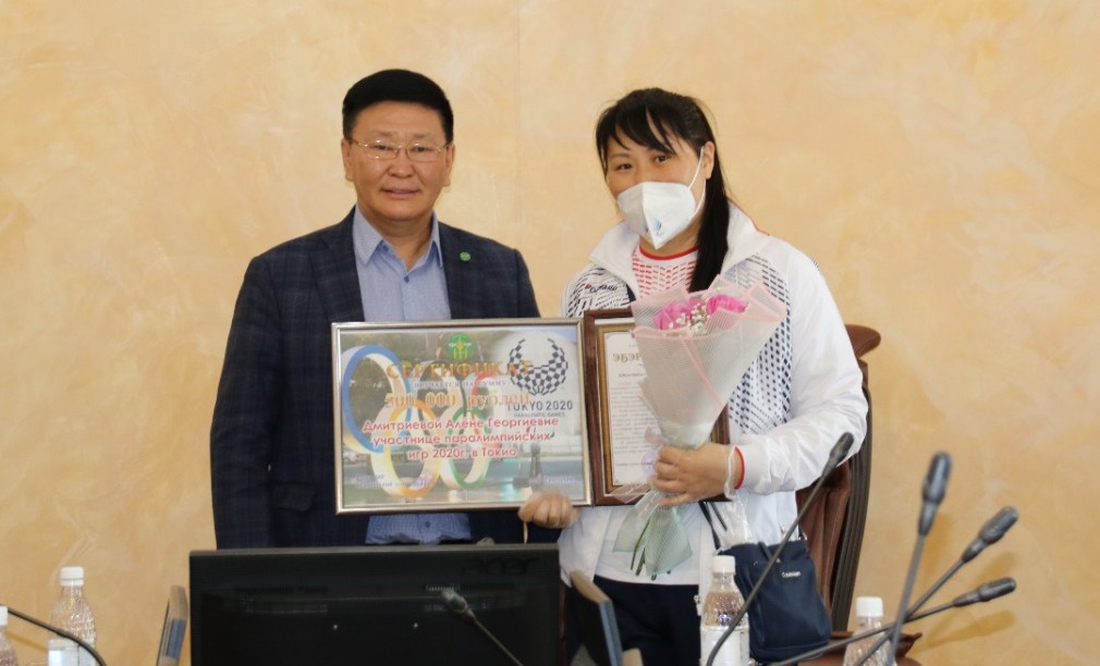 Участнице Паралимпиады-2020 Алене Дмитриевой вручили сертификат на полмиллиона рублей в Якутии