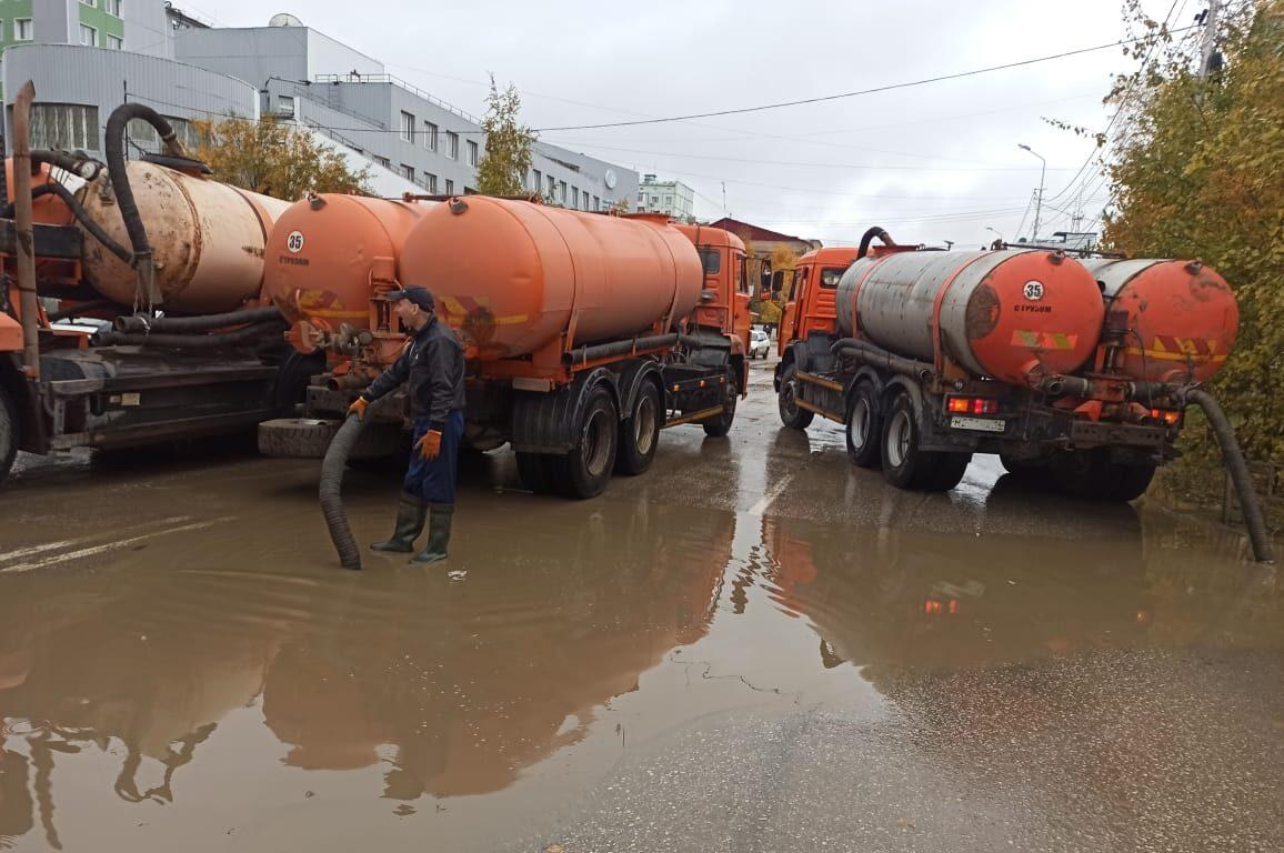 Около 130 кубометров дождевых вод откачали с улиц Якутска