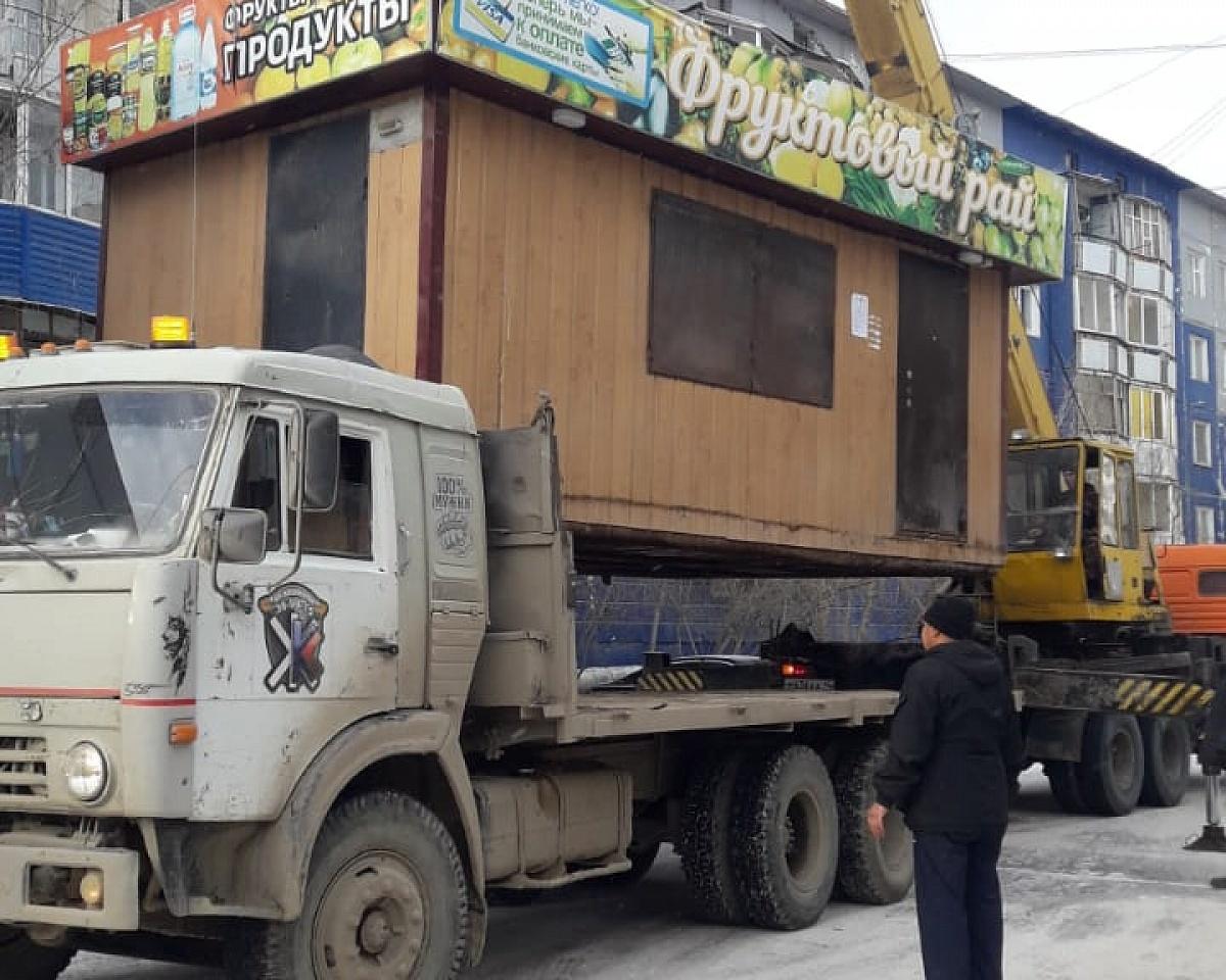 Неправомерно размещенный киоск демонтировали в Якутске