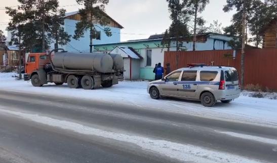 Водителя ассенизаторской машины задержали за слив фекалий в Якутске